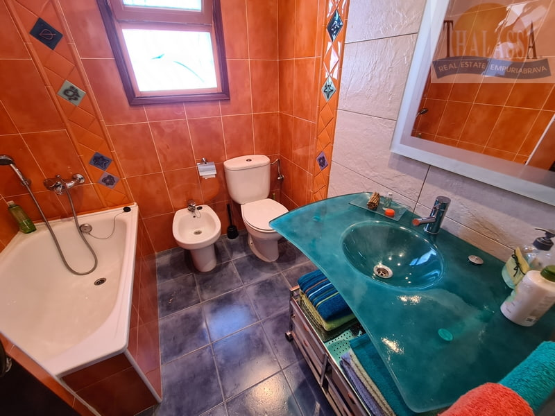 House in Sant Pere Pescador - Bathroom upstairs