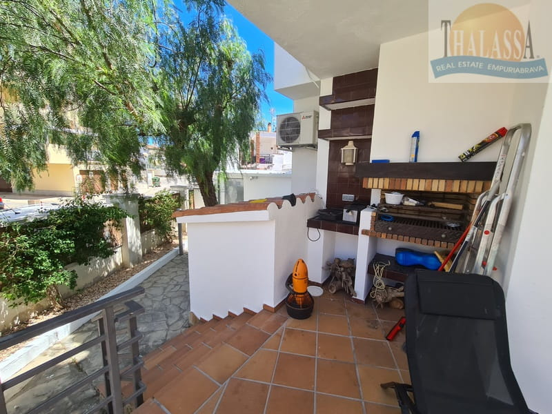 Townhouse in the center of Roses-Santa Margarita with mooring - Barvecue area