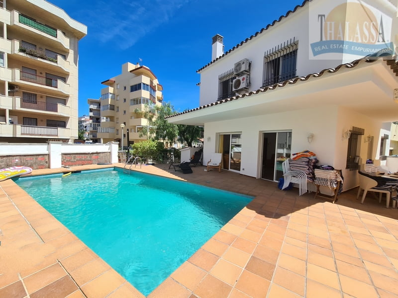 Townhouse in the center of Roses-Santa Margarita with mooring - House